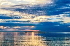Schöner Sonnenuntergang über dem Meer und dem Berg stockfotografie