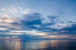 Schöner Sonnenuntergang über dem Meer und dem Berg stockfotos