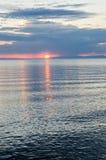 Schöner Sonnenuntergang über dem Meer und dem Berg lizenzfreies stockbild