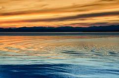 Schöner Sonnenuntergang über dem Meer und dem Berg lizenzfreies stockfoto