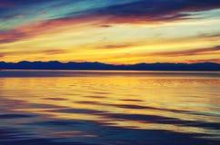 Schöner Sonnenuntergang über dem Meer und dem Berg lizenzfreie stockfotos