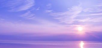 Schöner Sonnenuntergang über dem Meer von blauen und violetten Farben Lizenzfreies Stockfoto