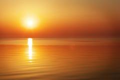 Schöner Sonnenuntergang über dem Ozean Lizenzfreie Stockfotos