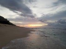 Schöner Sonnenuntergang über dem Ozean mit den Wellen, die auf Ufer auf Ca sich bewegen Lizenzfreies Stockfoto