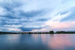 Schöner Sonnenuntergang über dem Rhein-Fluss in Mainz, Deutschland Stockbild