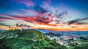 Schöner Sonnenuntergang über dem Schloss in Spoleto, Italien Stockfoto