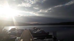 Schöner Sonnenuntergang über dem See Stockbild