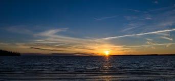 Schöner Sonnenuntergang über dem Wasser Stockfoto