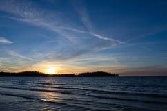 Schöner Sonnenuntergang über dem Wasser Stockfotos