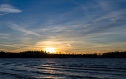 Schöner Sonnenuntergang über dem Wasser Lizenzfreies Stockfoto