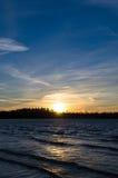 Schöner Sonnenuntergang über dem Wasser Stockbild