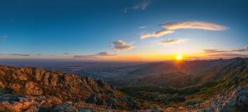 Schöner Sonnenuntergang über den Gebirgs-Hügeln und der Stadt, Luft-panora lizenzfreie stockfotos