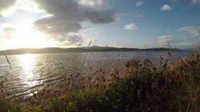 Schöner Sonnenuntergang über der Tromsoe-Stadtinsel im Spätsommer mit blauem Fjord stock footage