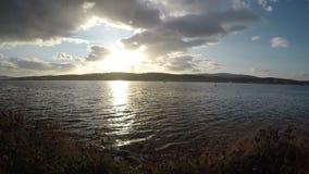 Schöner Sonnenuntergang über der Tromsoe-Stadtinsel im Spätsommer mit blauem Fjord stock video footage