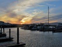 Schöner Sonnenuntergang über einem Bootshafen in San Francisco lizenzfreie stockfotos