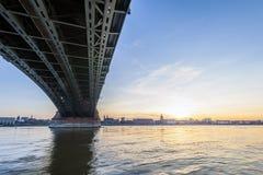 Schöner Sonnenuntergang über Rhein-/Rhein-Fluss und alter Brücke in der Hauptleitung Lizenzfreie Stockfotos