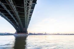 Schöner Sonnenuntergang über Rhein-/Rhein-Fluss und alter Brücke in der Hauptleitung Stockbild