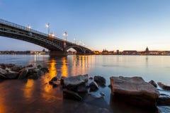 Schöner Sonnenuntergang über Rhein-/Rhein-Fluss und alter Brücke in der Hauptleitung Lizenzfreie Stockfotografie