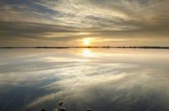 Schöner Sonnenuntergang über See lizenzfreies stockbild