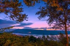 Schöner Sonnenuntergang über See bei Lam Ta Khong Reservoir lizenzfreie stockfotografie