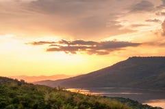 Schöner Sonnenuntergang über See bei Lam Ta Khong Reservoir Stockbild
