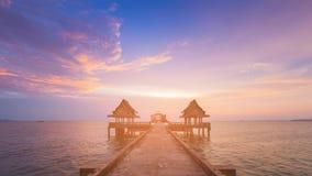 Schöner Sonnenuntergang über Seeküstenskylinen mit gehender Weise Lizenzfreie Stockfotos