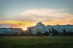 Schöner Sonnenuntergang über Stadtlandschaft Abstraktion Hintergrund Lizenzfreie Stockfotografie