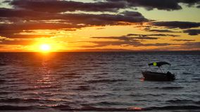 Schöner Sonnenuntergang über Stradbroke-Insel Australien stock video