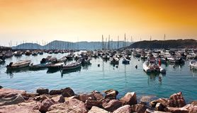 Schöner Sonnenuntergang über vielen Yachten im Mittelmeer in Lerici Stockfotografie