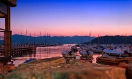 Schöner Sonnenuntergang über vielen Yachten im Mittelmeer in Lerici Stockfoto