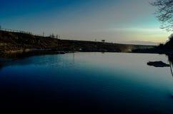 Schöner Sonnenuntergang auf dem Fluss lizenzfreie stockbilder