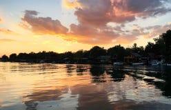 Schöner Sonnenuntergang auf dem Fluss Bojana, Montenegro Lizenzfreie Stockfotografie