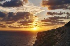 Schöner Sonnenuntergang auf dem Hintergrund von Felsen lizenzfreie stockfotos