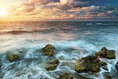 Schöner Sonnenuntergang auf dem Meer Stockbilder