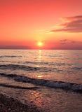 Schöner Sonnenuntergang auf dem Meer lizenzfreies stockbild