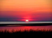 Schöner Sonnenuntergang auf dem Ozean Lizenzfreies Stockbild