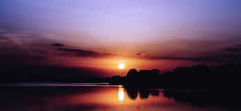 Schöner Sonnenuntergang auf dem See Stockfotografie