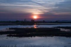 Schöner Sonnenuntergang auf dem See lizenzfreie stockbilder