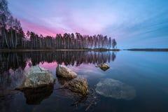 Schöner Sonnenuntergang auf dem See Lizenzfreie Stockfotos
