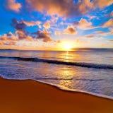 Schöner Sonnenuntergang auf dem Strand stockbilder