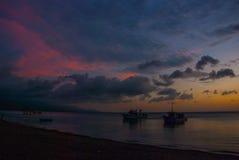 Schöner Sonnenuntergang auf dem Strand Das Schattenbild der Schiffe Pandan, Panay, Philippinen Stockbilder