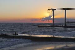 Schöner Sonnenuntergang auf dem Strand der Erholungsortregelung Adler Stockfotos