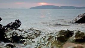Schöner Sonnenuntergang auf der Bank des Andamandsky-Meeres stock footage