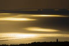 Schöner Sonnenuntergang auf einer Küste Stockfotos