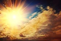 Schöner Sonnenuntergang auf Geheimnishimmel instagram Zauntritt Stockbild