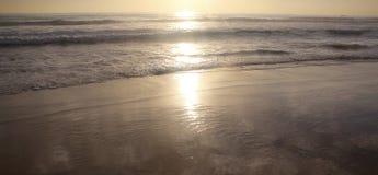 Schöner Sonnenuntergang auf Karon-Strand Die Brandung zerstößt das Ufer Phuket, Thailand Stockbild
