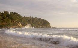Schöner Sonnenuntergang auf Karon-Strand Die Brandung zerstößt das Ufer Phuket, Thailand Stockbilder