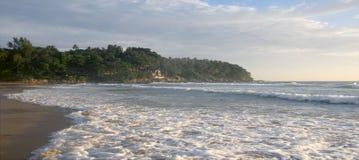 Schöner Sonnenuntergang auf Karon-Strand Die Brandung zerstößt das Ufer Phuket, Thailand Lizenzfreie Stockfotos