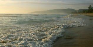 Schöner Sonnenuntergang auf Karon-Strand Die Brandung zerstößt das Ufer Phuket, Thailand Lizenzfreies Stockbild
