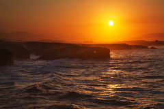 Schöner Sonnenuntergang auf Playa de Las Catedrales während des Zustroms, Spanien Stockbilder